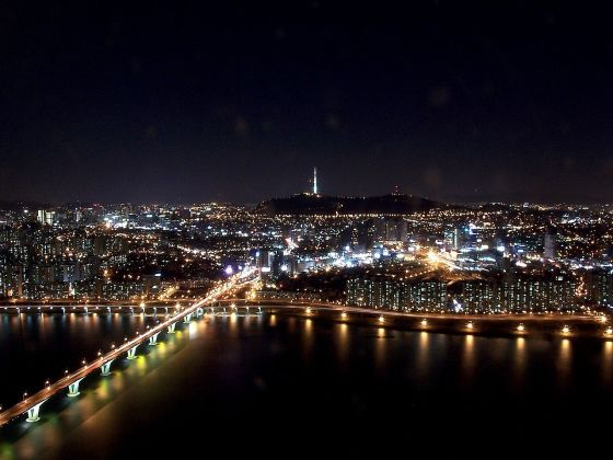 1280px-Seoul_at_night_from_63_building